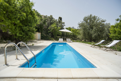 Petite piscine avec terrasse