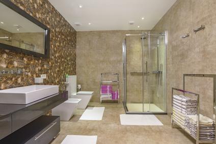 Salle d'eau moderne avec cabine de douche