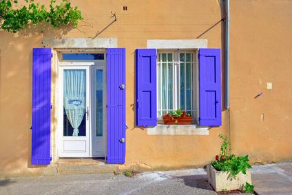 Porte-fenêtre dans une maison provençale