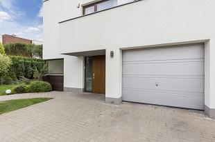 Maison avec porte de garage