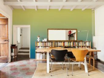 Salon avec papier peint vert