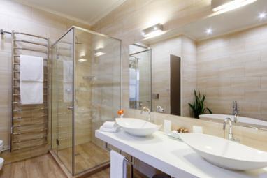 Salle de bain avec carrelage mural