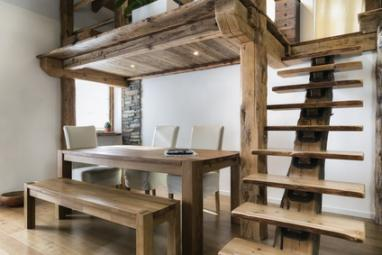 Salon de loft avec mezzanine