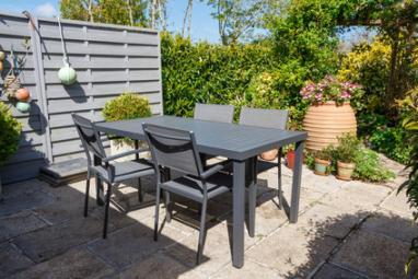 Terrasse avec paroi et salon de jardin