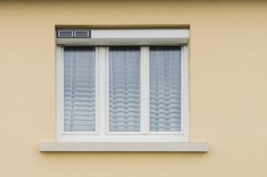 Fenêtre avec volet roulant solaire