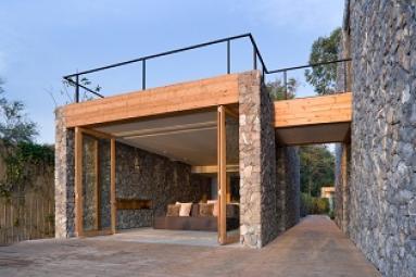 Maison avec mur en pierre